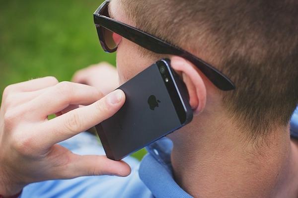 アイフォンで通話中の男性