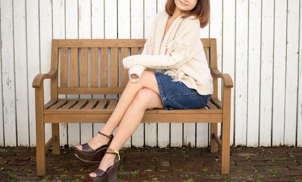 ベンチに腰掛ける女性