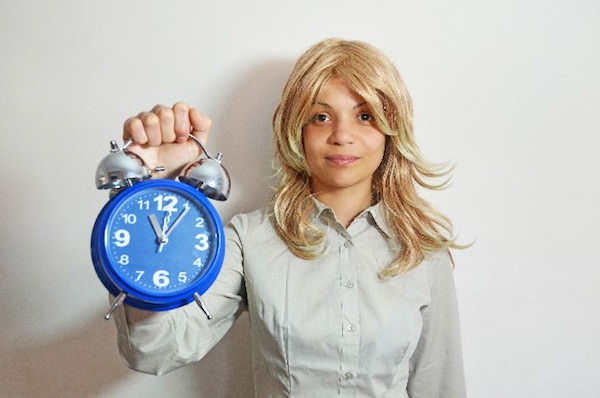 時計を持っているビジネスウーマン