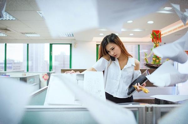 仕事に忙しい女性