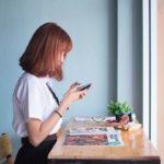 スマートフォンを触っている若い女性