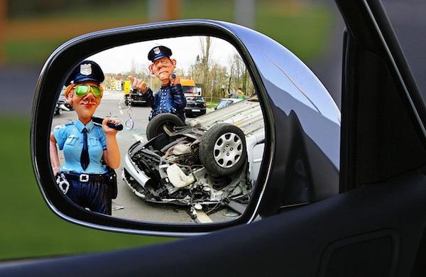 事故処理中の警察