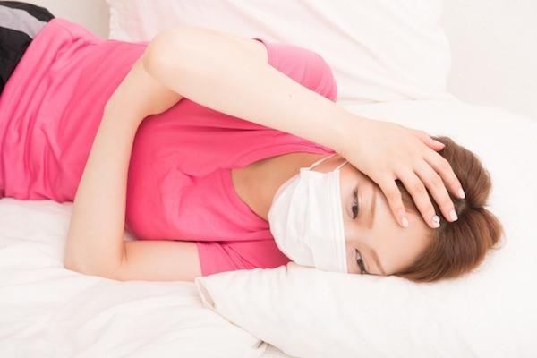 風邪で休んでいる女性