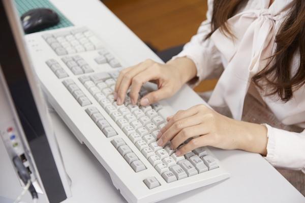 パソコン入力中の女性の手