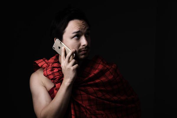 いたずら電話をしている男