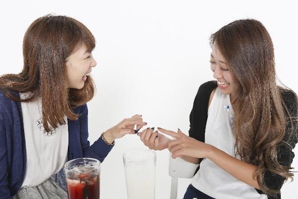 コールセンターで働く女性二人