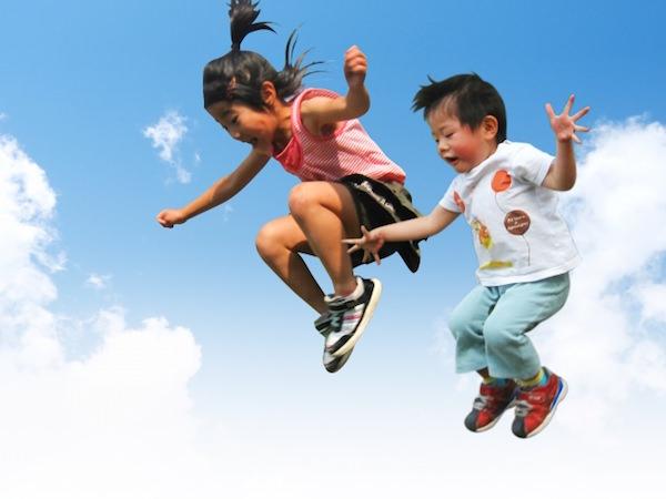 ジャンプしている子供達