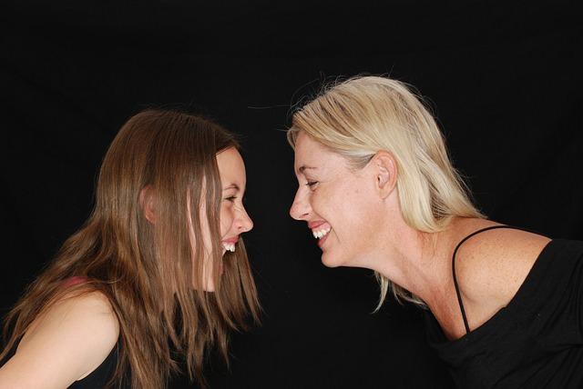 笑っている女性2人