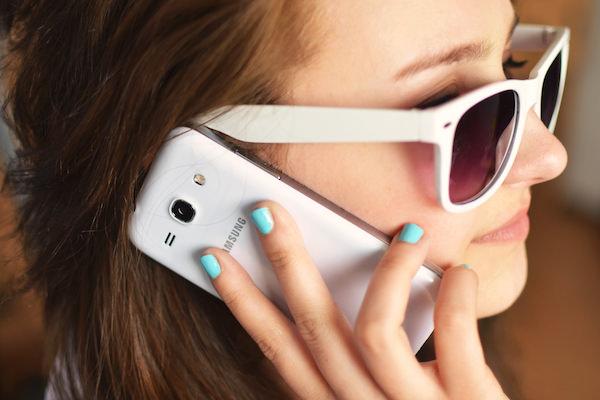 スマートフォンで電話している外国人女性