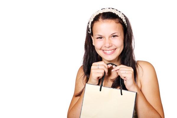 ショッピングバッグを持っている女の子