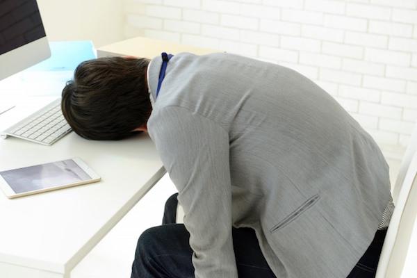 オフィスで昼寝をしている男性