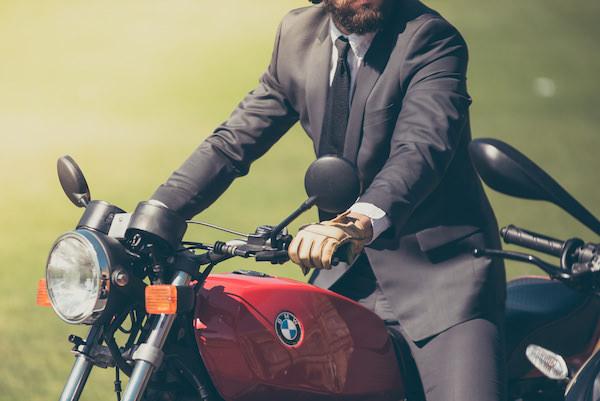 バイク出勤しているスーツ姿の男性