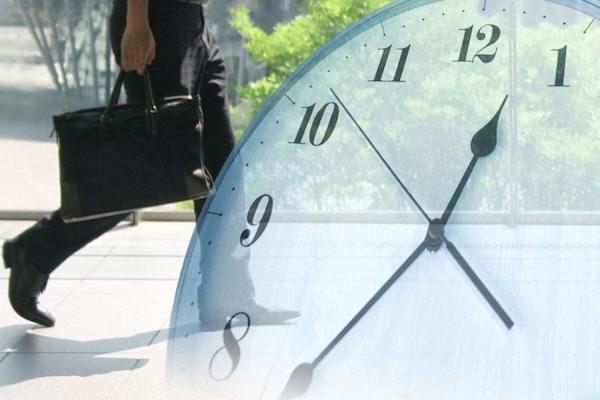 歩く人と時計