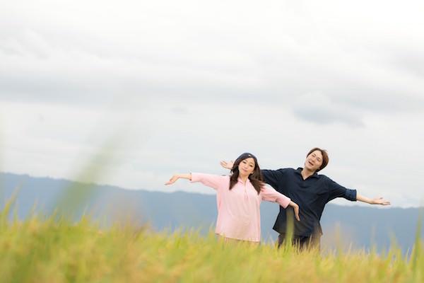 草原に立つ若い男女